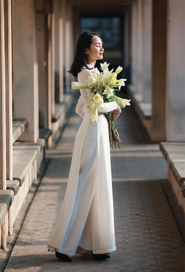 Yến trong bộ áo dài trắng thể hiện nét đẹp dịu dàng của người con gái khiến người ta liên tưởng tới bức tranh Thiếu nữ bên hoa huệ của Tô Ngọc Vân năm xưa.