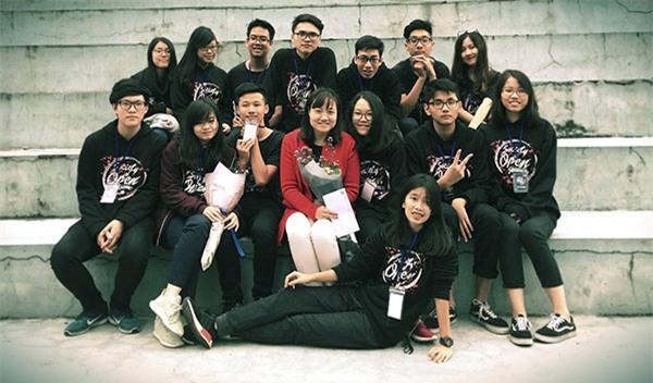 Diệu Linh cùng các bạn của mình chúc mừng cô giáo nhân ngày 20/11.