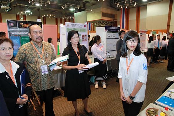 Linh thuyết trình về đề tài khoa học tại cuộc thi 'Asean students science project competition'tổ chức tại Thái Lan.