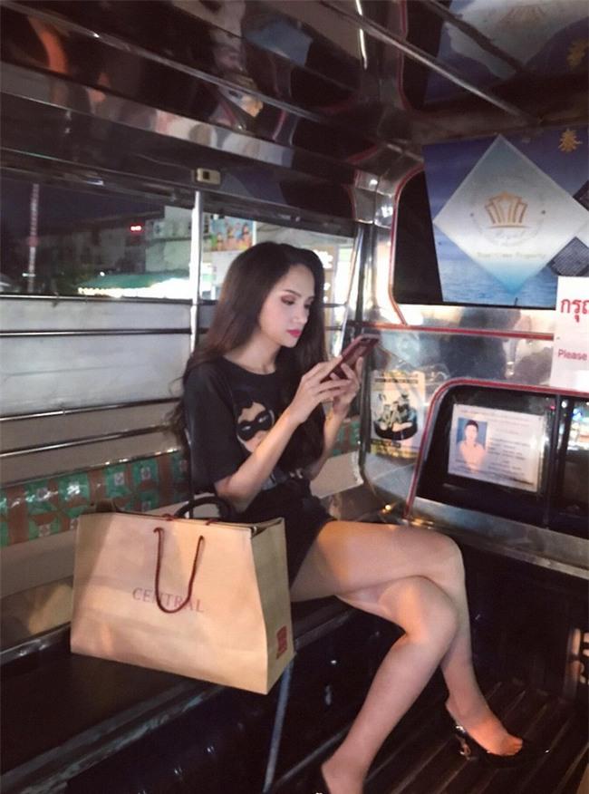 Giản dị như Hoa hậu Hương Giang, sau ngày đăng quang vẫn mặc lại áo phông cũ - Ảnh 1.
