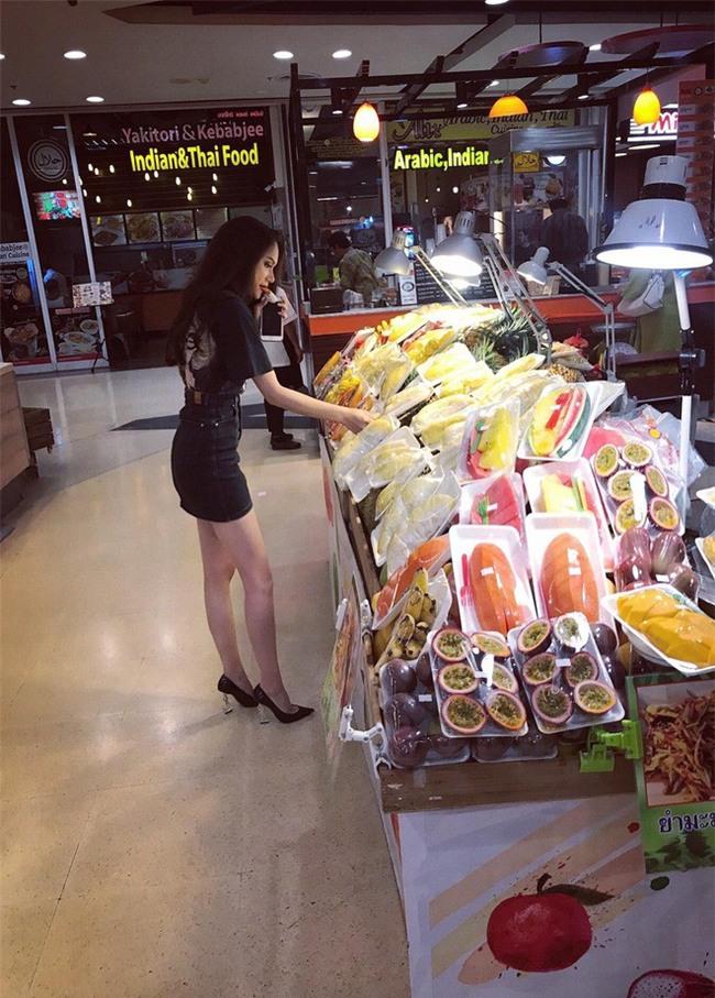 Giản dị như Hoa hậu Hương Giang, sau ngày đăng quang vẫn mặc lại áo phông cũ - Ảnh 2.