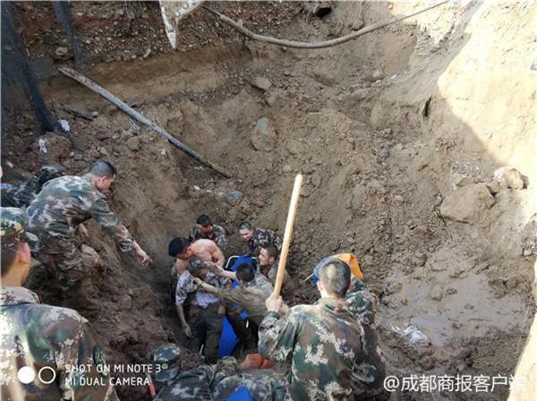 Hàng chục cảnh sát dùng tay đào đất cứu người bị chôn sống - Ảnh 3.