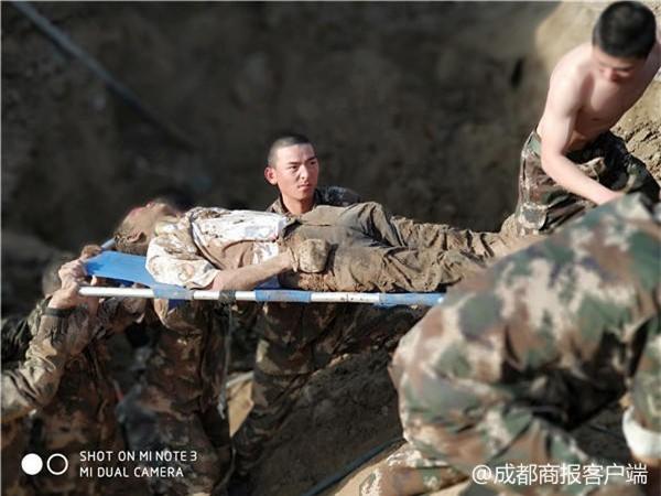 Hàng chục cảnh sát dùng tay đào đất cứu người bị chôn sống - Ảnh 4.