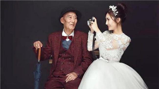 Thấy bức ảnh cô dâu xinh xắn với chú rể U90 chống gậy, ai cũng sốc nhưng sự thật phía sau ngọt ngào lắm - Ảnh 1.