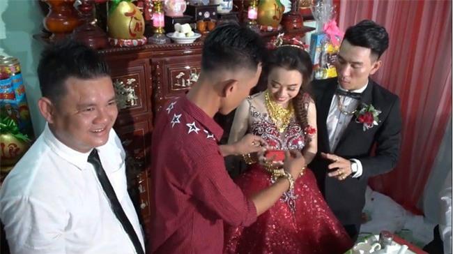 Xuất hiện đám cưới 100 cây vàng đình đám đến mức cô dâu trĩu cổ, chật kín hai tay vì vàng ở Cà Mau khiến MXH xôn xao - Ảnh 1.