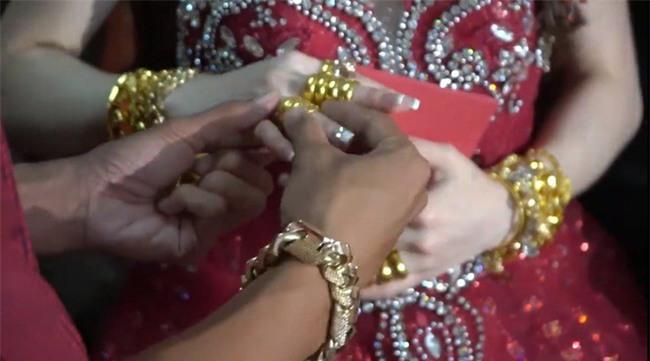 Xuất hiện đám cưới 100 cây vàng đình đám đến mức cô dâu trĩu cổ, chật kín hai tay vì vàng ở Cà Mau khiến MXH xôn xao - Ảnh 2.