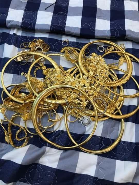 Xuất hiện đám cưới 100 cây vàng đình đám đến mức cô dâu trĩu cổ, chật kín hai tay vì vàng ở Cà Mau khiến MXH xôn xao - Ảnh 10.
