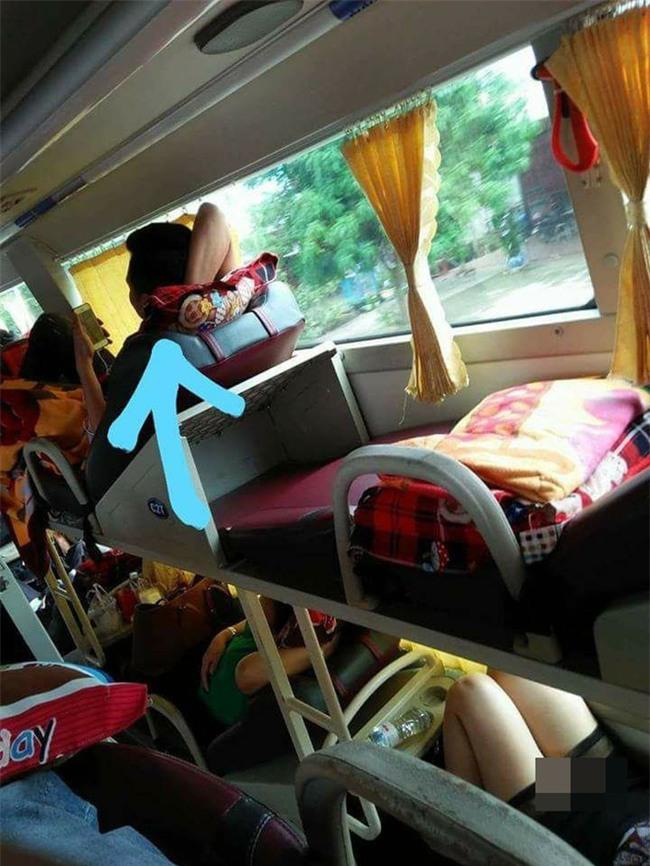 Hớ hênh trên xe khách giường nằm, cô gái khiến bạn đồng hành ngượng ngùng - Ảnh 1.