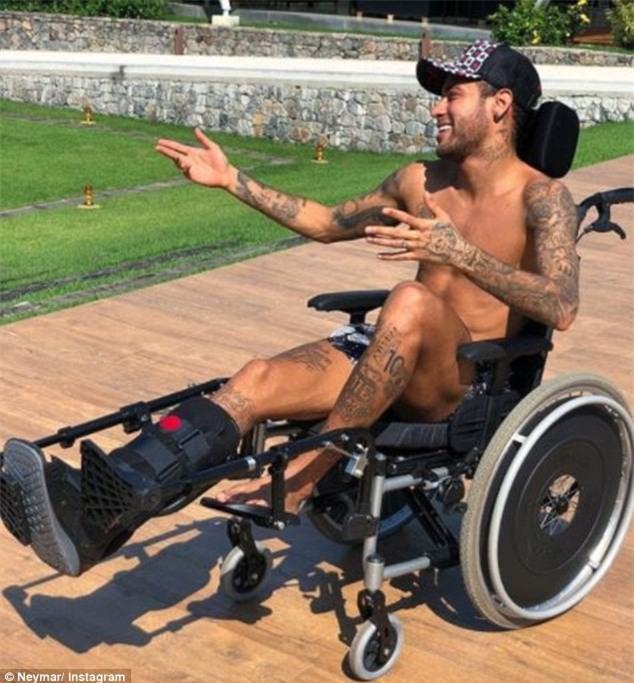 Ngồi xe lăn đóng giả Stephen Hawking, Neymar bị ném đá tơi bời - Ảnh 1.