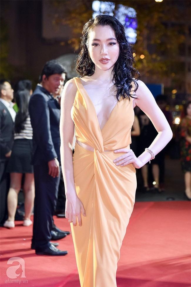 Ai đã hại Elly Trần với phong cách tóc xoăn ướt nhẹp cùng lối trang điểm môi tều quá đà thế này - Ảnh 1.