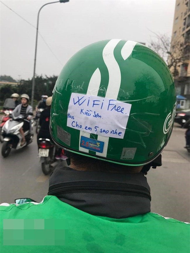 Lắp cục phát wifi trên xe máy, tài xế Grab khiến dân mạng thốt lên: Ai nỡ cho 1 sao - Ảnh 1.