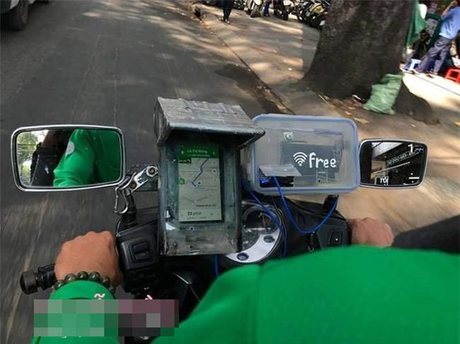 Lắp cục phát wifi trên xe máy, tài xế Grab khiến dân mạng thốt lên: Ai nỡ cho 1 sao - Ảnh 2.