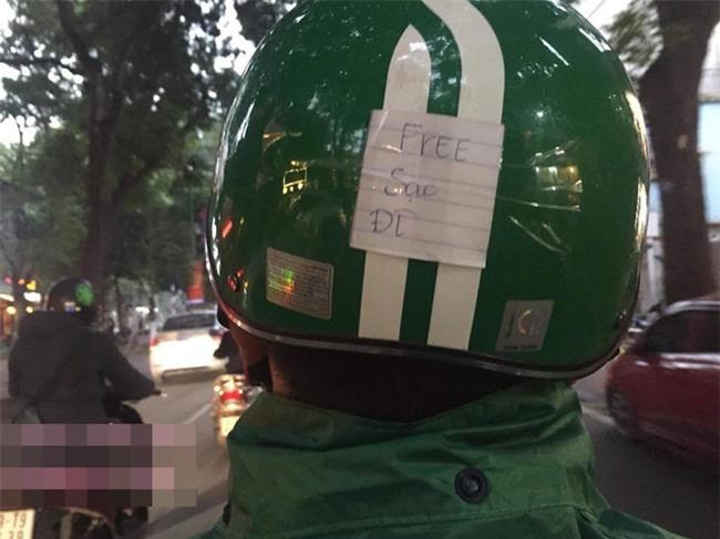 Lắp cục phát wifi trên xe máy, tài xế Grab khiến dân mạng thốt lên: Ai nỡ cho 1 sao - Ảnh 3.