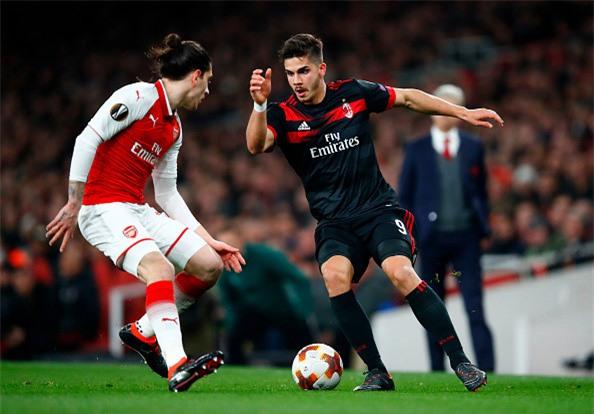 Welbeck lap cu dup dua Arsenal vao tu ket Europa League hinh anh 1