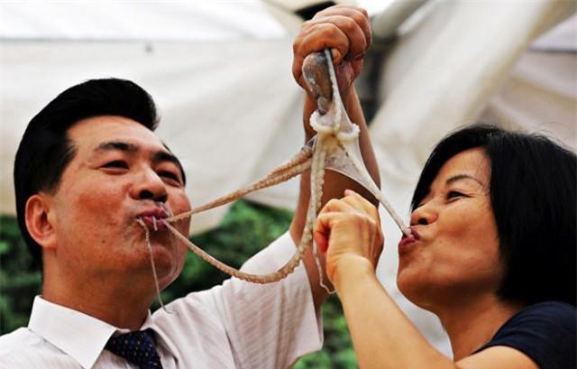 top 10 mon kinh di tren the gioi khong phai ai cung du dung cam de an - 1