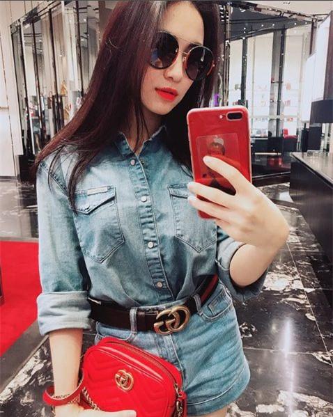 Hòa Minzy khéo léo làmcho bộ đồ denim đã bớt nhàm chán bằng cáchnhấn nhá bằng chiếc thắt lưng Gucci và túi Gucci GG Marmont Matelassé màu đỏ nổi bật có giá ngót ngét 22 triệu đồng.