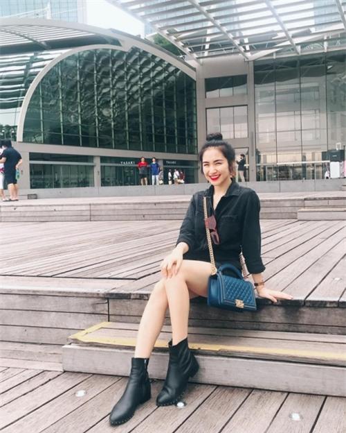 Không những thế, cô còn thường xuyên chụp ảnh, khéo khoe đôi chân dài miên man và nụ cười tươi rói.