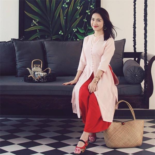 Sau tin đồn chia tay, Hoà Minzy có cuộc 'lột xác' về phong cách ăn mặc.Cô diện những trang phục có gu và trưởng thành hơn rất nhiều.