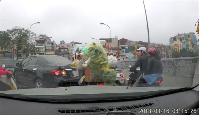 Hà Nội: Người phụ nữ thản nhiên quay đầu ô-tô giữa cầu chật hẹp giờ cao điểm còn lớn tiếng chửi bới người đi đường - Ảnh 1.