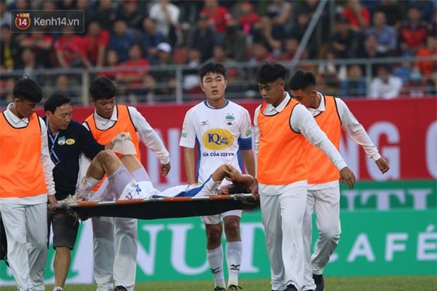 Bức ảnh Tuấn Anh gục đầu, khóc nức nở vì chấn thương khiến fan hâm mộ đau lòng xót xa - Ảnh 1.