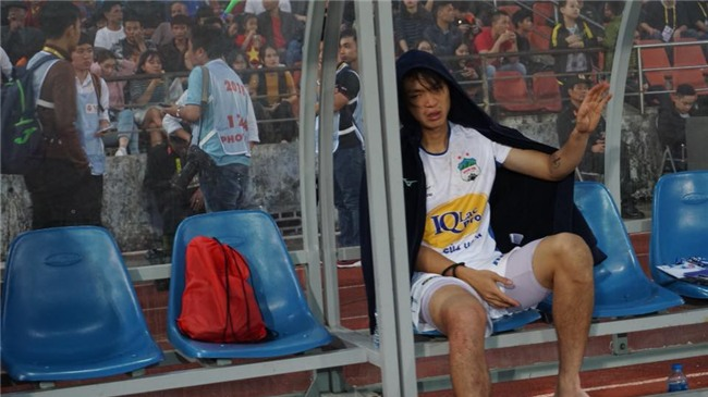 Bức ảnh Tuấn Anh gục đầu, khóc nức nở vì chấn thương khiến fan hâm mộ đau lòng xót xa - Ảnh 3.