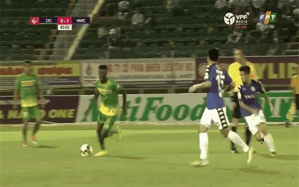 Thành Lương bị đối thủ giẫm lên bụng trong chiến thắng của Hà Nội FC - Ảnh 2.