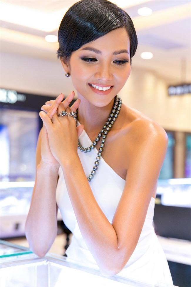 Tóc mái chéo nữ tính là thế, nhưng Hoa hậu HHen Niê lại vuốt gel nặng nề khiến nhan sắc giảm đi nhiều phần  - Ảnh 1.