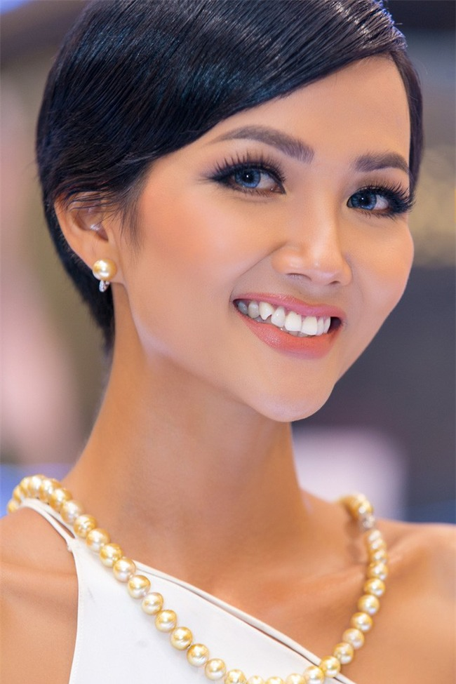 Tóc mái chéo nữ tính là thế, nhưng Hoa hậu HHen Niê lại vuốt gel nặng nề khiến nhan sắc giảm đi nhiều phần  - Ảnh 2.