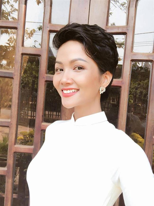 Tóc mái chéo nữ tính là thế, nhưng Hoa hậu HHen Niê lại vuốt gel nặng nề khiến nhan sắc giảm đi nhiều phần  - Ảnh 8.