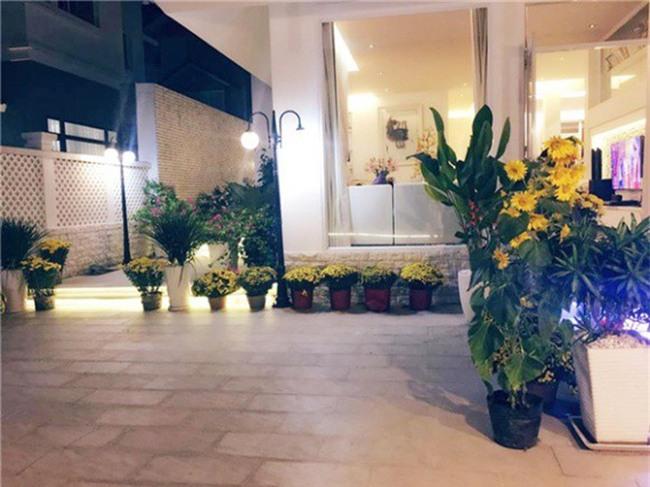 Thủy Tiên khoe khoảnh khắc bình yên bên Công Vinh trong căn biệt thự tiền tỷ ngập tràn sắc hoa - Ảnh 5.