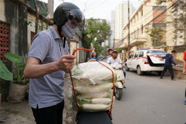 Hàng trăm người dân Hà Nội háo hức giải cứu củ cải trắng cho nông dân Tráng Việt - Ảnh 12.