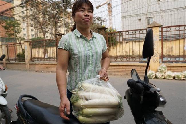 Hàng trăm người dân Hà Nội háo hức giải cứu củ cải trắng cho nông dân Tráng Việt - Ảnh 13.