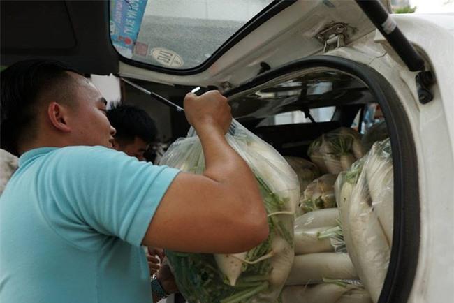 Hàng trăm người dân Hà Nội háo hức giải cứu củ cải trắng cho nông dân Tráng Việt - Ảnh 7.