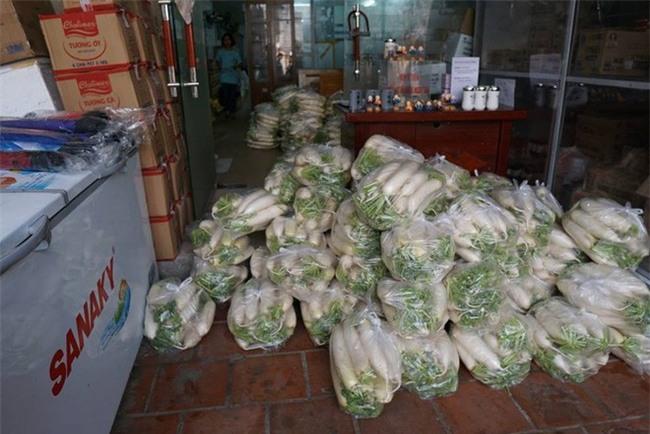 Hàng trăm người dân Hà Nội háo hức giải cứu củ cải trắng cho nông dân Tráng Việt - Ảnh 8.