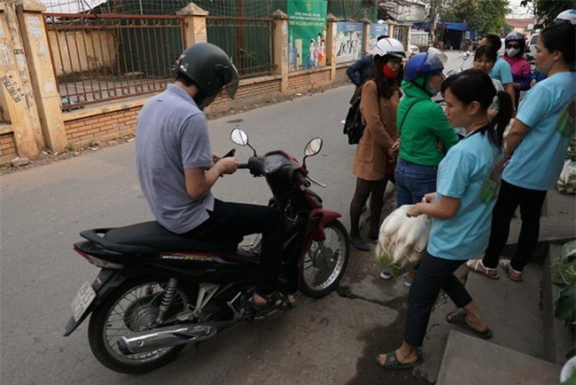 Hàng trăm người dân Hà Nội háo hức giải cứu củ cải trắng cho nông dân Tráng Việt - Ảnh 14.