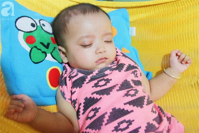 TIN VUI: Đôi mắt màu xanh đẹp tựa thiên thần của bé trai 6 tháng tuổi mù lòa đã có cơ hội tìm lại ánh sáng - Ảnh 2.