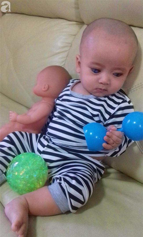 TIN VUI: Đôi mắt màu xanh đẹp tựa thiên thần của bé trai 6 tháng tuổi mù lòa đã có cơ hội tìm lại ánh sáng - Ảnh 3.