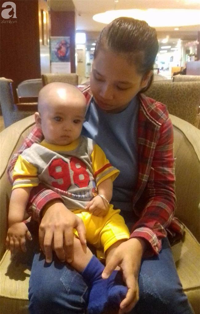 TIN VUI: Đôi mắt màu xanh đẹp tựa thiên thần của bé trai 6 tháng tuổi mù lòa đã có cơ hội tìm lại ánh sáng - Ảnh 4.