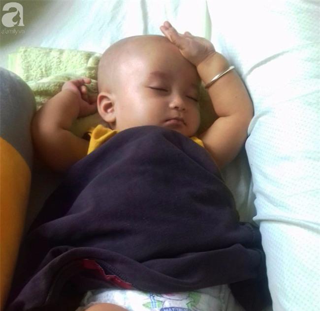 TIN VUI: Đôi mắt màu xanh đẹp tựa thiên thần của bé trai 6 tháng tuổi mù lòa đã có cơ hội tìm lại ánh sáng - Ảnh 5.