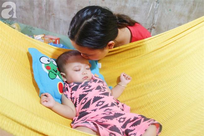 TIN VUI: Đôi mắt màu xanh đẹp tựa thiên thần của bé trai 6 tháng tuổi mù lòa đã có cơ hội tìm lại ánh sáng - Ảnh 6.