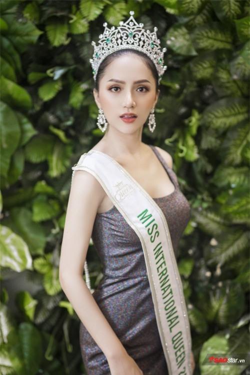 Hoa hậu Hương Giang sởn da gà đọc thư fan: Nhờ chị mà gia đình chấp nhận giới tính thật của em - Ảnh 1.