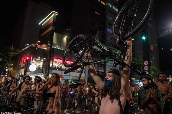 Nhiều người đưa xe lên đầu và hô vang khẩu hiệu để kêu gọi chính quyền thành phố cần có nhiều biện pháp hơn để bảo vệ người đi xe đạp