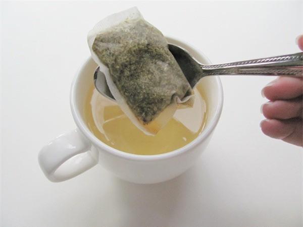 Thêm vài giọt dung dịch này vào bã trà túi lọc để đắp sẽ giúp da bạn căng bóng hơn 150% - Ảnh 3.