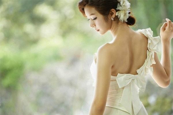Họ đi rồi để mình em mặc chiếc váy cô dâu đứng khóc vật vã vì bị bỏ rơi ngay trong ngày cưới - Ảnh 1.