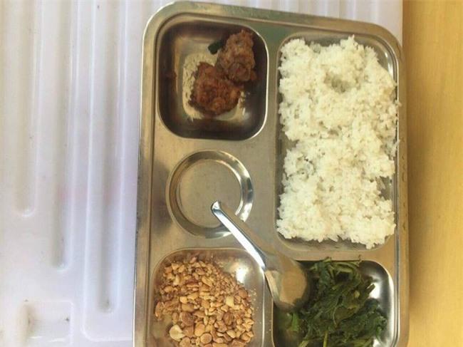 Hà Nội: Thêm một phụ huynh tố bữa trưa trị giá 15.000 đồng của học sinh lớp 2 chỉ có 2 viên chả cùng ít muối vừng - Ảnh 1.