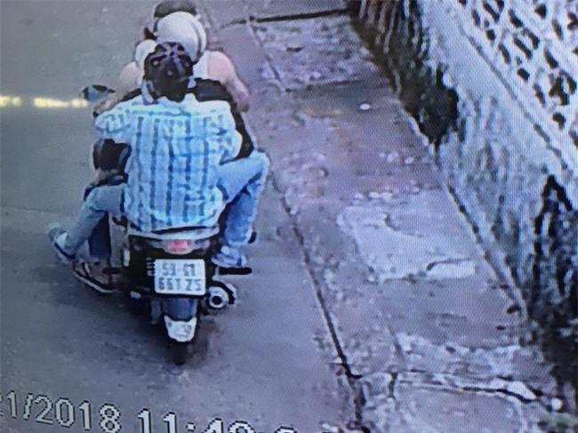 Clip: Trộm bẻ khóa, cuỗm lần lượt 3 xe máy giữa phố chỉ tronng vài phút - Ảnh 4.
