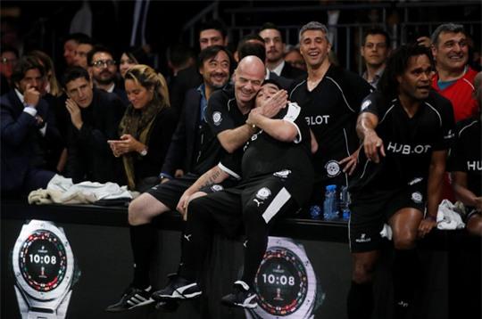 Mourinho dẫn dắt Usaint Bolt đối đầu đội bóng của Maradona - Ảnh 1.