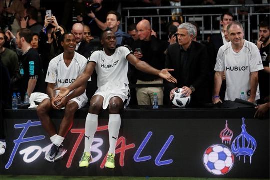 Mourinho dẫn dắt Usaint Bolt đối đầu đội bóng của Maradona - Ảnh 3.