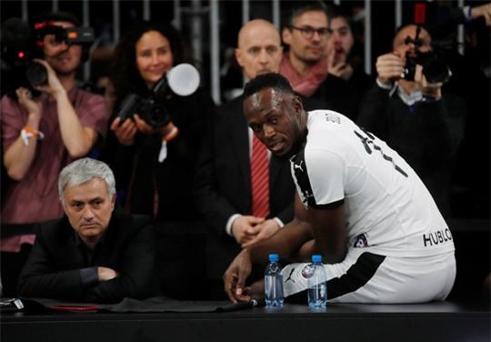 Mourinho dẫn dắt Usaint Bolt đối đầu đội bóng của Maradona - Ảnh 7.