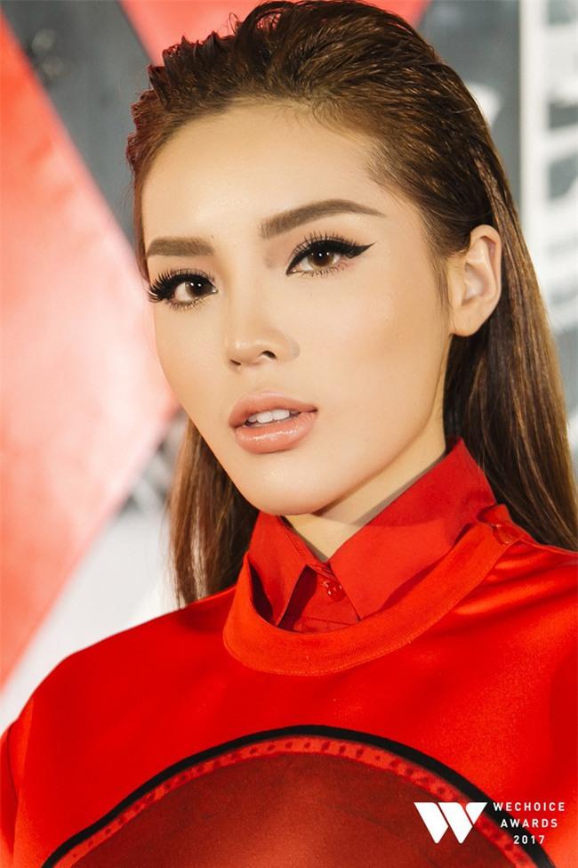 Đã qua rồi thời son lì, loạt người đẹp Việt đang chạy theo xu hướng son bóng nhẫy khoe môi gợi cảm - Ảnh 1.